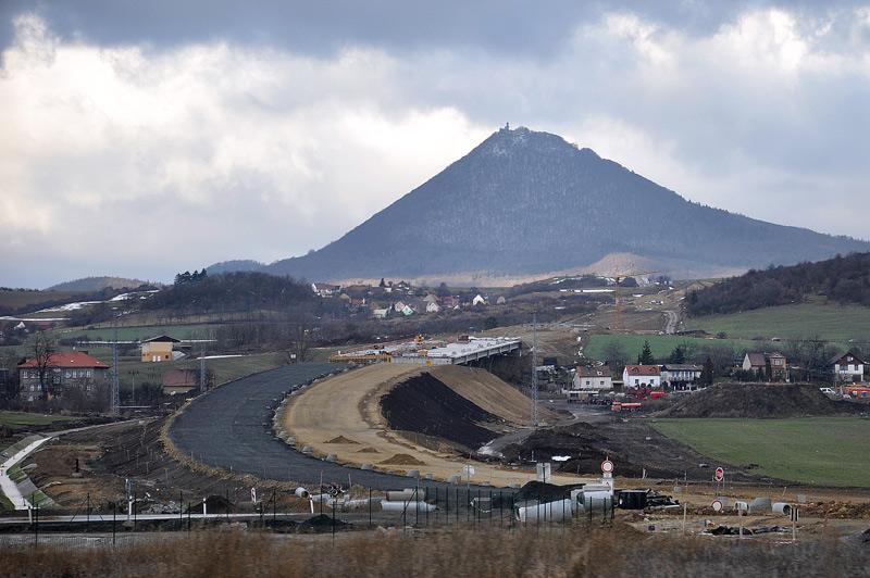 Stavba dálnice D8 přes České středohoří