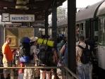 Cestující nastupují do vlaku