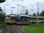 Nová nízkopodlažní tramvaj Vario LF+ v Plzni vedle podobné tramvaje v retrodesignu.