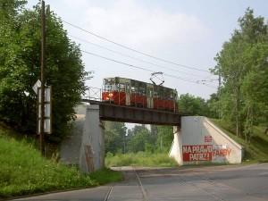 trať pod mostem může už na provoz jen vzpomínat, ta nahoře na tom bude za chvilku stejně, foto: Wikipedia