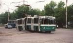 Trolejbus ZIU 10 překonává křížení s tramvají v Taškentu na ulici Abdullajeva Habibullaha