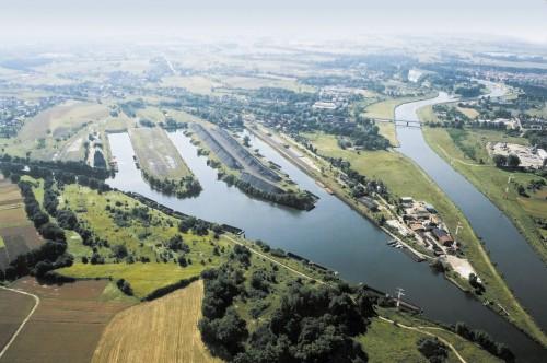 Koncový přístav Kózle na Oderské vodní cestě v Polsku, vlevo odbočuje Gliwický kanál