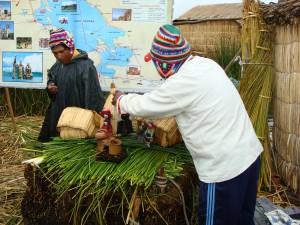 Jak se staví Rákosové ostrovy - Los Uros na jezeře Titicaca 16.2.2011