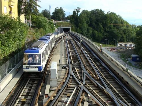 Lausanne - metro 2 nedaleko stanice Sallaz dne 14.7.2011 jede směr Croisettes