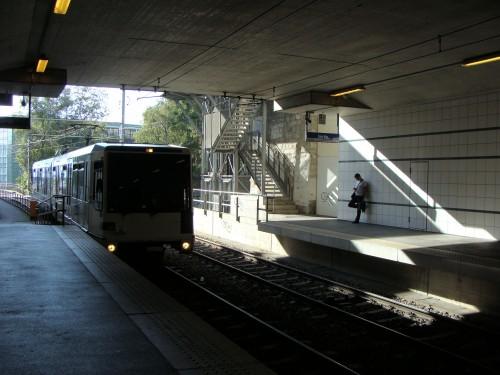 Lausanne - metro 1 přijíždí do stanice Vigie směr Lausanne-Flon dne 15.7.2011