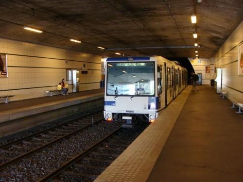Lausanne - metro 1 ve stanici Vigie směr Lausanne-Flon dne 15.7.2011