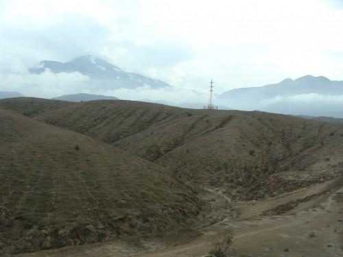 Na cestě do údolí Chivay - pohled na vulkanickou krajinu cca 2900 m.n.m. 18.2.2011 8:43.