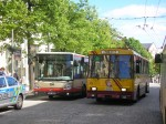 38 projíždí okolo autobusu Citelis 12m č. 204