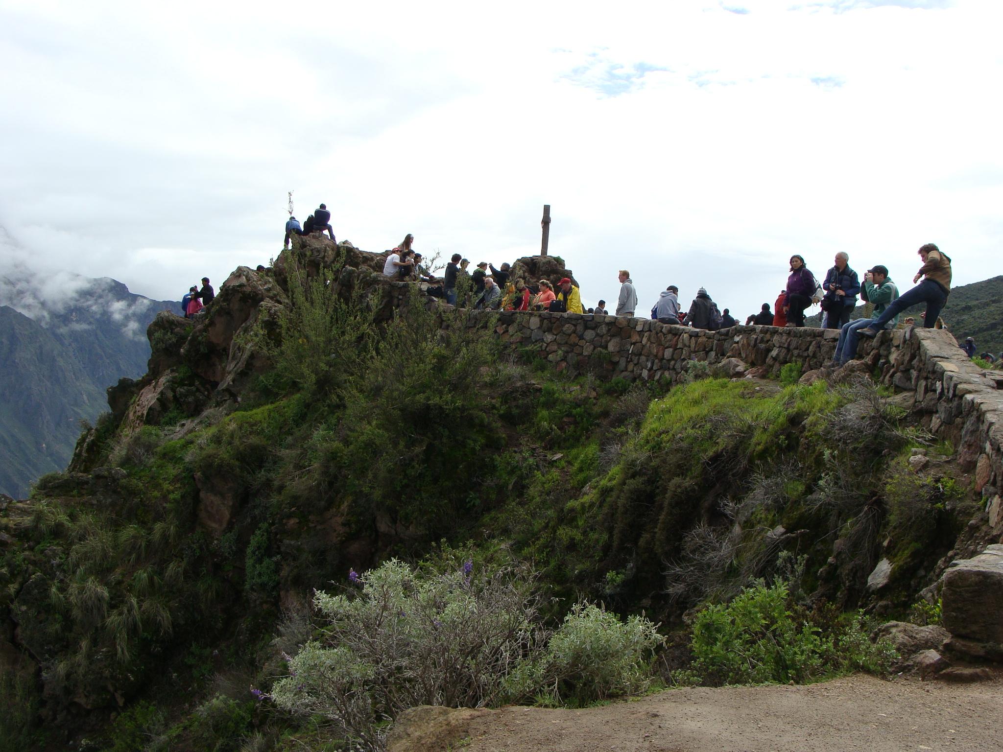 Kaňon Colca - Cruz del Condor - davy turistů vyhlížejí největšího ptáka na světě - kondora andského dne 19. 2. 2011