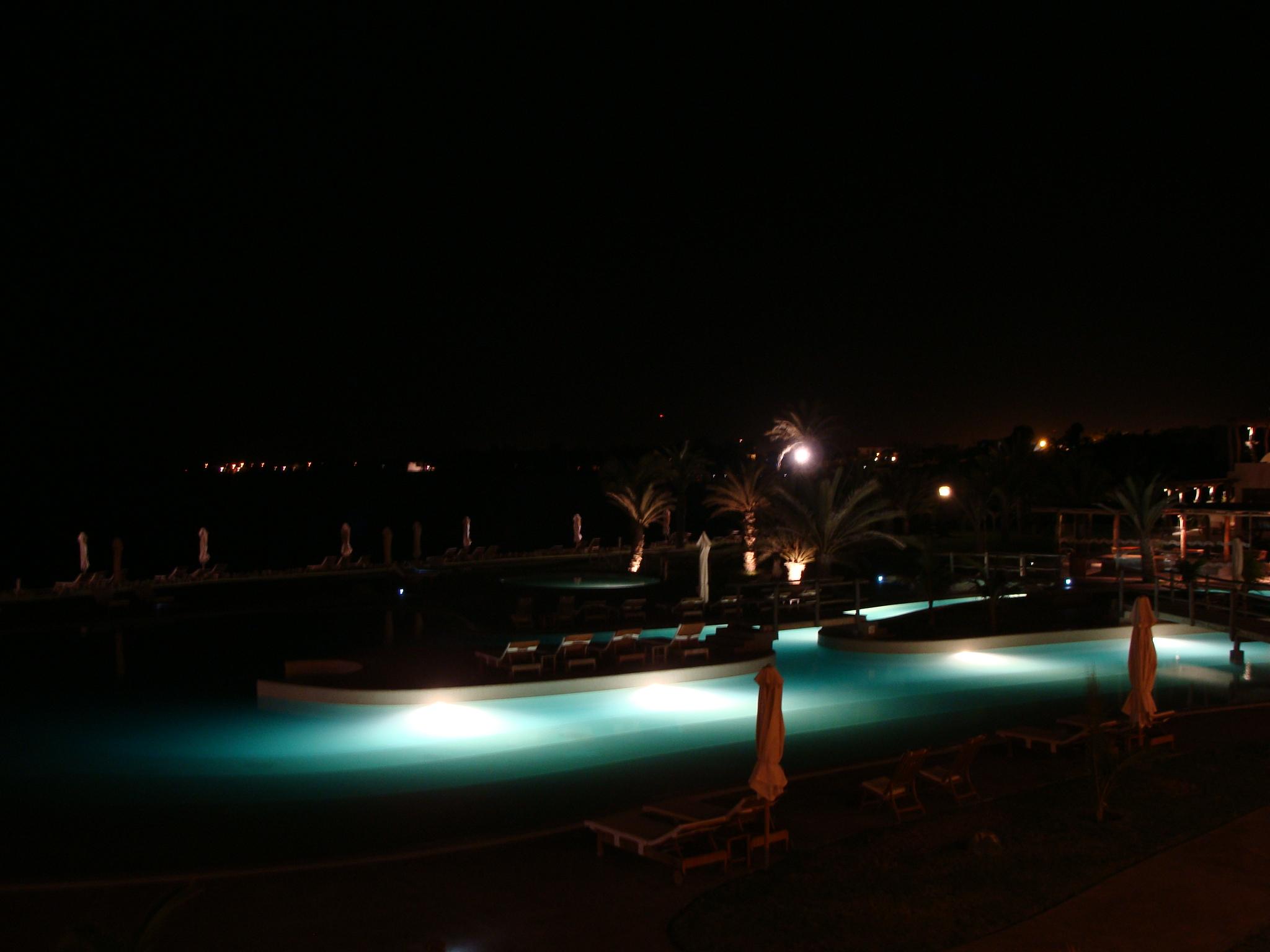 Paracas - pohled na osvícený bazén 21. 2. 22:36