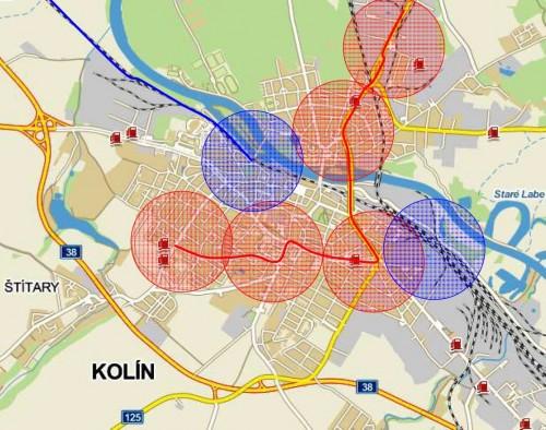 Pokrytí města Kolína zastávkami páteřní linky Modrá čára - železniční linka Červená čára - autobusová páteřní linka Modré kolečko - přijatelná docházková vzdálenost na vlak Červené kolečko - přijatelná docházková vzdálenost na autobus