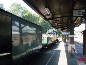 Parní vlak do Kurort Oberwiesenthalu čeká na odjezd.