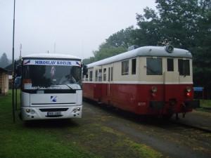 Přestup mezi vlakem a NAD v Telnici.