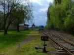 Motorák vyčkává odjezdu z Čisté po té, co sem byla deportována konečná z Kralovic