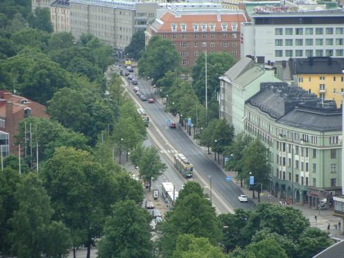 Pohled z věže u olympijského stadionu na nedalekou ulici s tramvají.