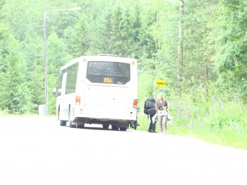Autobus linky č. 85A přiváží turisty ze zastávky nádraží Espoo do národního parku Nuuksio.