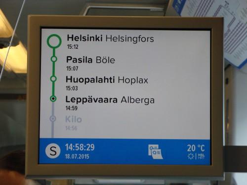 Helsinky - informační panel v S-Bahnu. Tučně jsou názvy ve Finštině. Vedle ve Švédštině. Některé názvy jsou rozdílné.