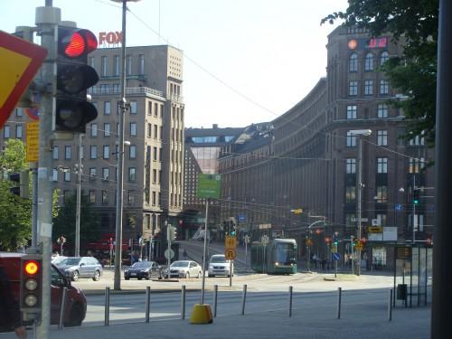 Tramvaj linky č. 6 na ulici Kaisanlementaku nedaleko stanice metra Helsinská universita.