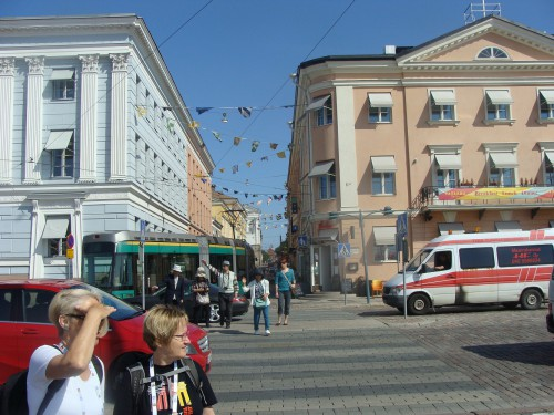 Tramvaj mezi zastávkami Kauppatori a Hallituskatu přes Senatní náměstí.