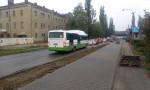 Autobus jedoucí rychlostí 5 km/h ulicemi města v běžném provozu - realita, kterou z mapy nevyčtete.
