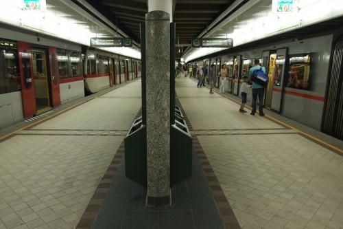 Příklad přestupní stanice pro městkou linku a eSko vpodzemí. Vídeň - stanice Längelfeldgasse, kde na jednom nástupišti jsou dva různé systémy metra : U4 – nástupiště 1m nad temenem kolejnice a U6nástupiště 350mm nad temenem kolejnice