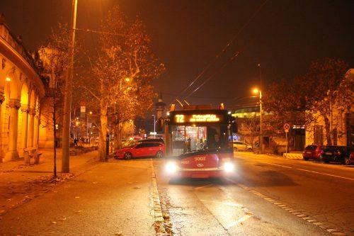 Trolejbus linky č. 72 přijíždí do zastávky Szechenyi Fürdő 1. 12. 2018.