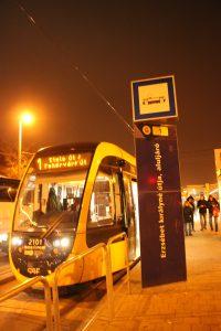 Tramvaj č. 1 v zastávce Erzsébet Királyné útja 1. 12. 2018.