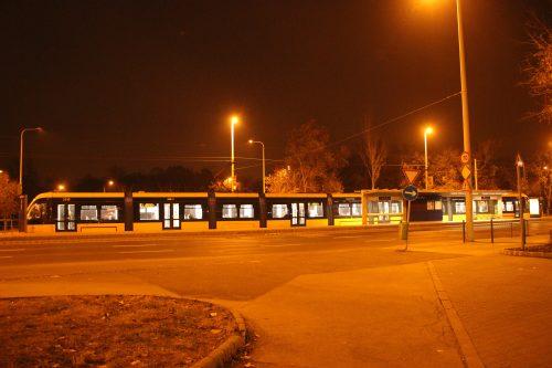 Tramvaj typu CAF Urbos je nejdelší na světě. Délka je 55,9 m. Na obrázku odjíždí ze zastávky Vajda Péter utca 1. 12. 2018.