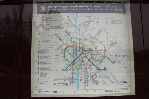 Mapa budapešťské MHD v zastávce tramvají Népliget 2. 12. 2018.