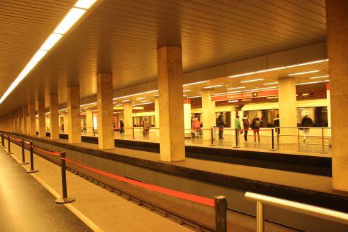 Stanice budapeštského metra linky M2 Puskás Ferenc Stadion 2.12.2018. Stanice je čtyřkolejná.