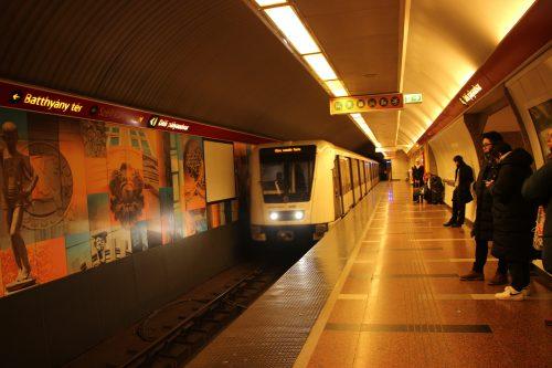 Konečná stanice metra linky M2 Déli Pályaudvar (Jižní Nádraží) 2. 12. 2018. Je to typ Alstom Metropolis AM5-M2.