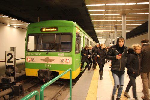 Konečná přestupní podzemní stanice příměstské železnice HÉV linky H5 Batthyány tér 2. 12. 2018.. Přestup je na linku budapešťského metra M2.