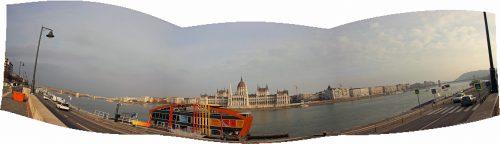 Panorama nábřeží Dunaje v Budapešti s maďarským parlamentem v pozadí u zastávky tramvají Batthyány tér 2. 12. 2018.