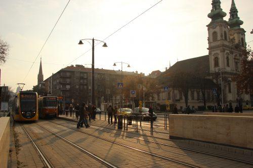 Tramvaje Tatra T5C5K a CAF Urbos 3 na linkách č. 41 a 19 v zastávce Batthyány tér 2. 12. 2018.