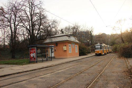 Jedna z mála budapešťských konečných formou smyčky. Konečná linky č. 59 Szént János Kozspont 2. 12. 2018.