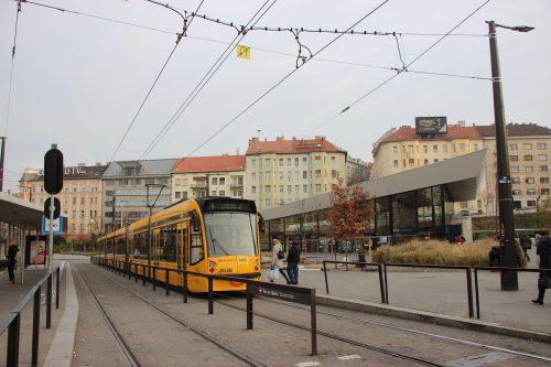 Tramvaj linky č. 4 typu Combino v konečné zastávce Széll Kálmán tér 2. 12. 2018.